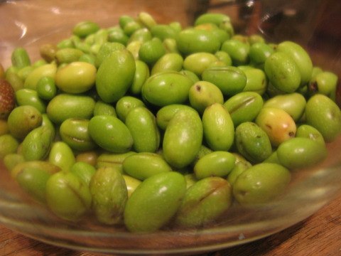 Sliced-olives-in-bowls