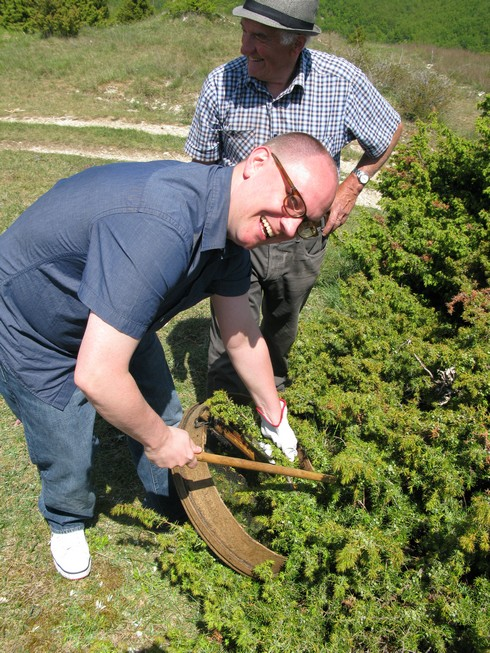 Camper pose Tuscany Juniper Picking with Bombay Sapphire_tn