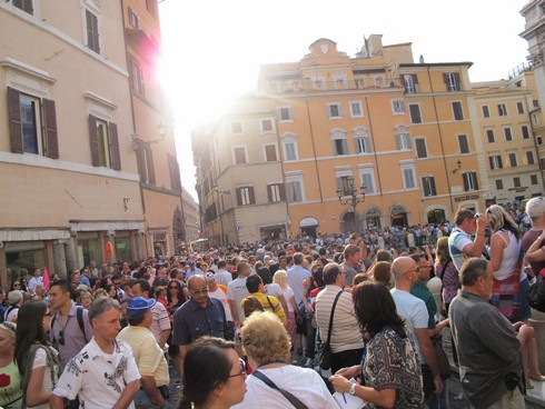Rome trevi fountain crowd_tn