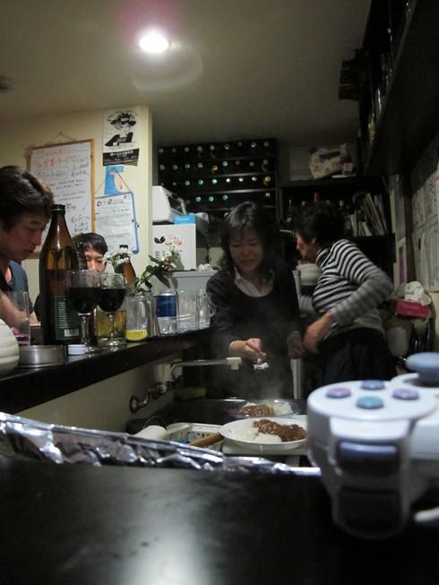 Cooking Bigri Bar Golden Gai Tokyo Japan_tn