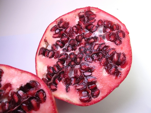 Cut pomegranates3_tn